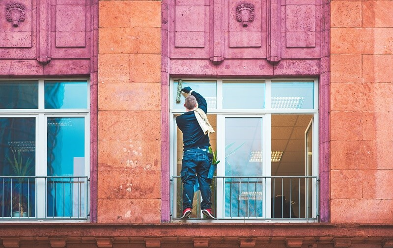 une personne nettoyant une vitre