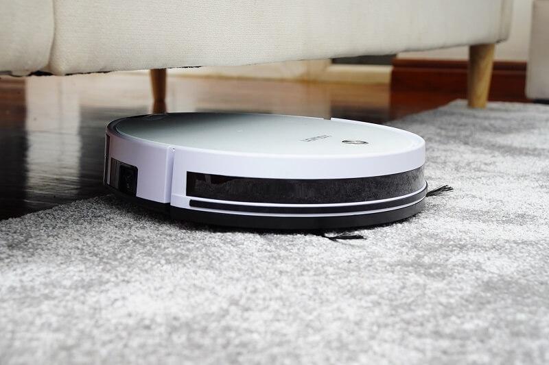 robot aspirateur laveur sur son socle de charge