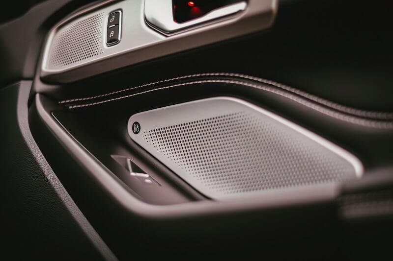 haut-parleur voiture dans une portière