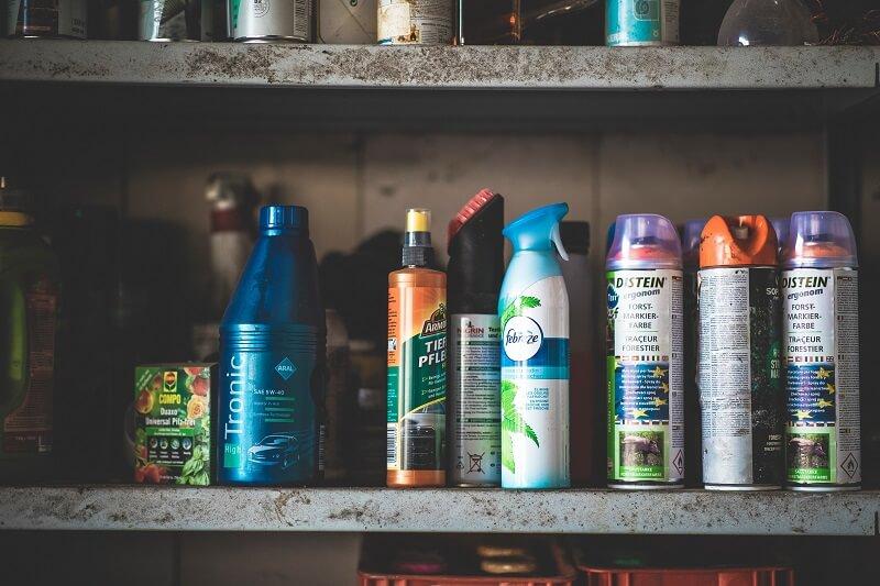 différent type d'huile sur une étagère de garage