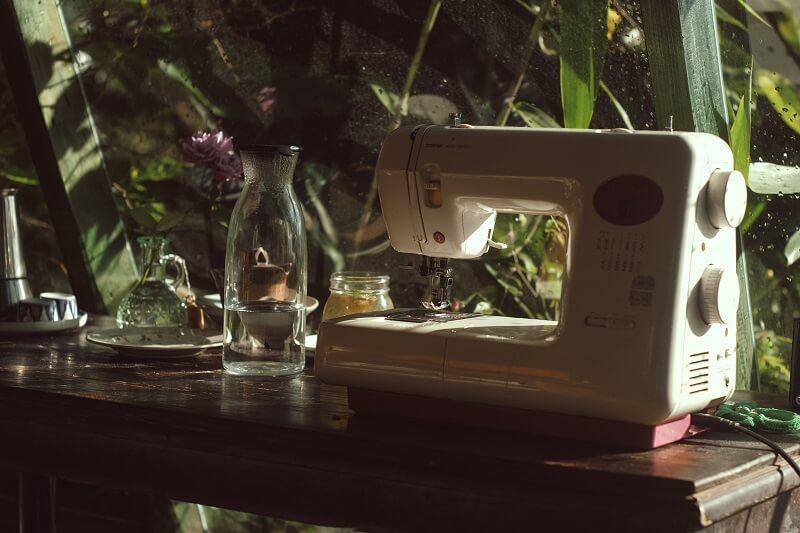 machine à coudre sur une table