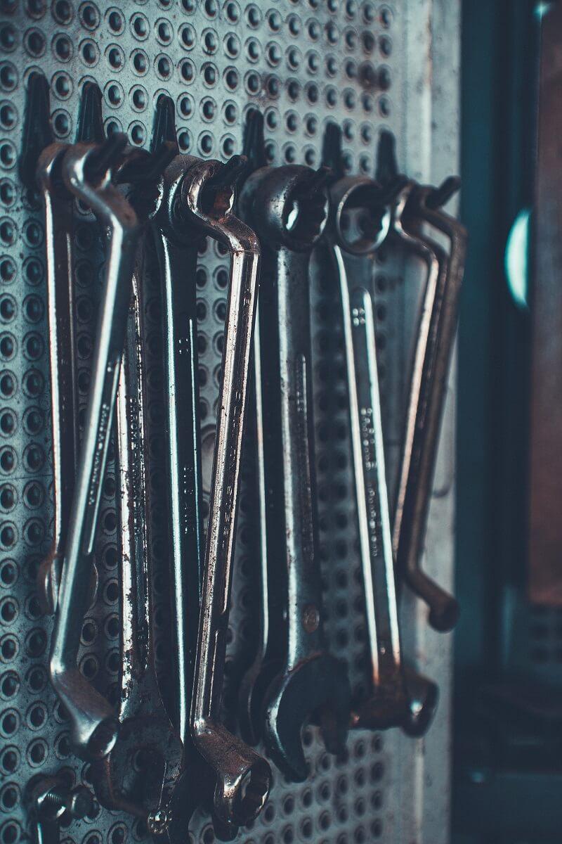 En quoi la clé dynamométrique se distingue-t-elle et quels en sont les avantages et les inconvénients ?