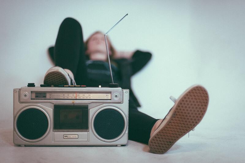 une personne se reposant les pieds sur une radio internet