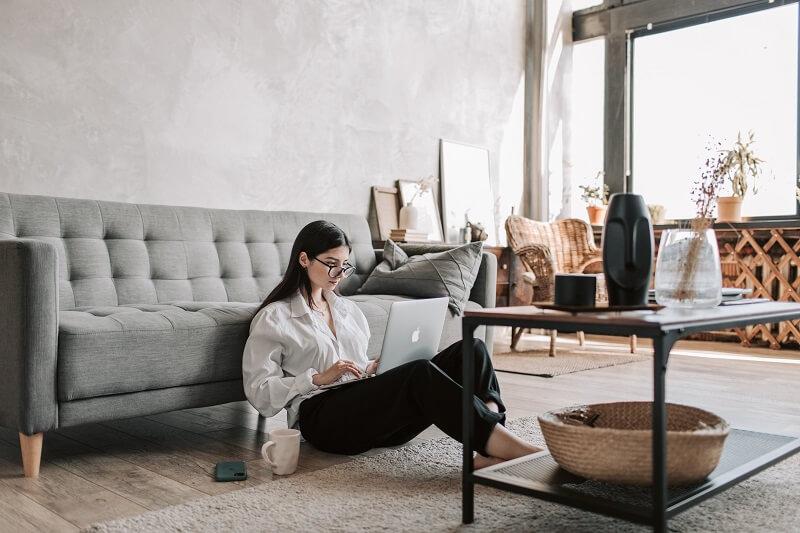 Femme écoutant de la musique internet dans son salon