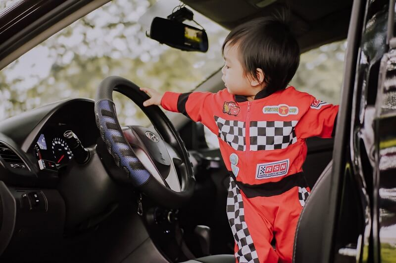enfant sur le siège d'une auto