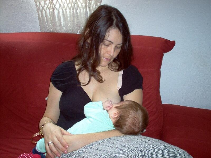 L'image montre une femme avec un bébé sur ses genoux