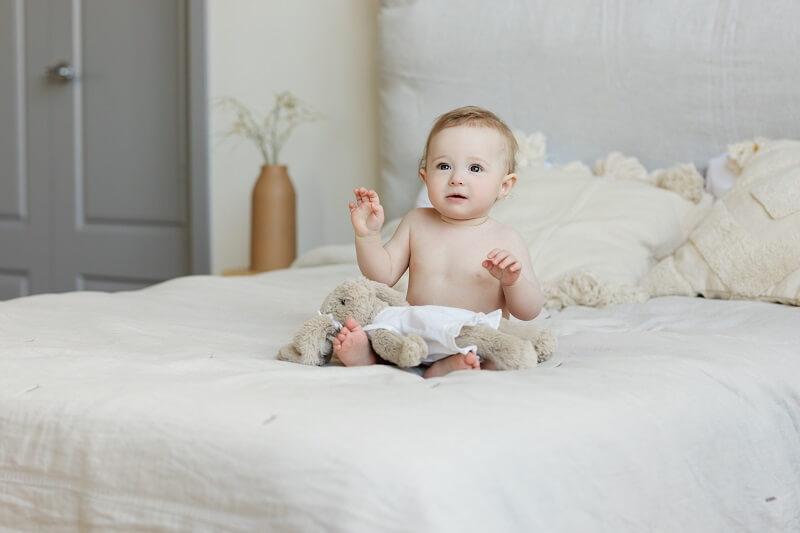 Une image montre un bébé