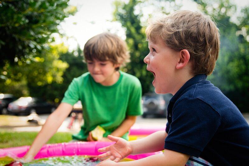 des enfants qui jouent