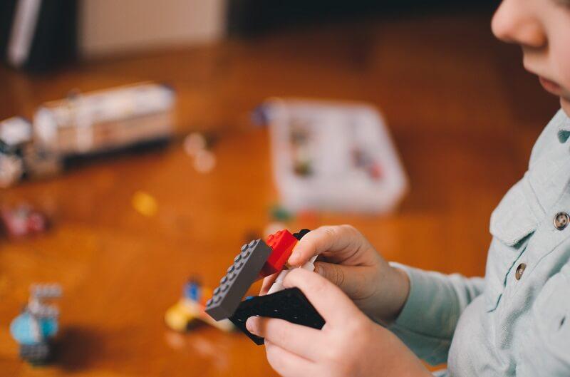 petit garçon jouant avec des jouets éducatifs