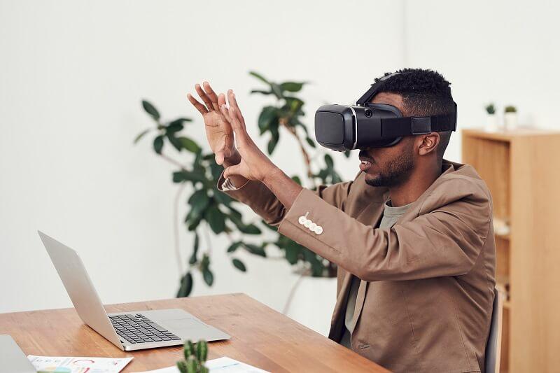 Alexandre qui test un casque virtuel