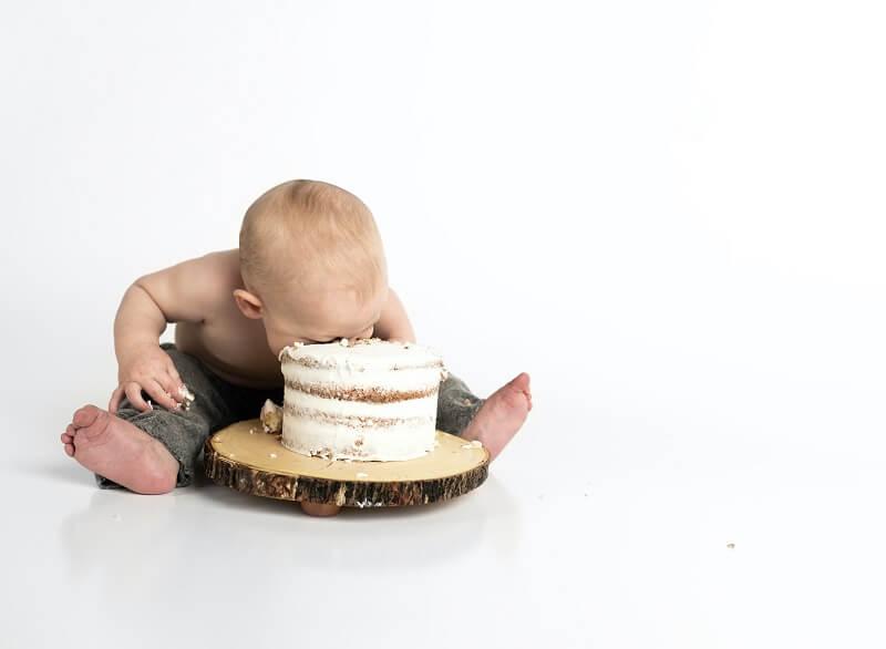 bébé avec la tête dans un gateau