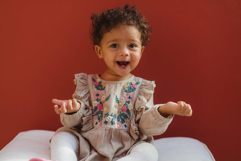 un enfant avec un grand sourire