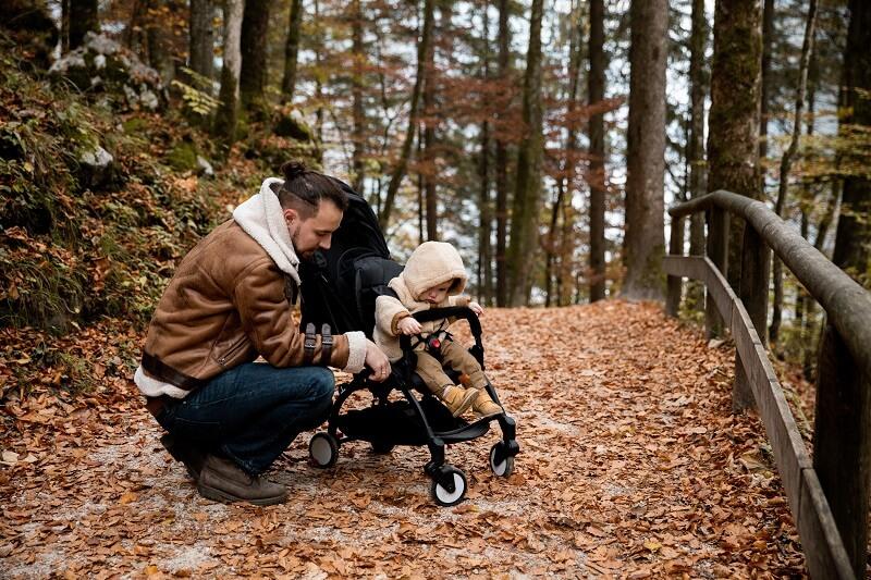 Papa et bébé se promenant dans le parc