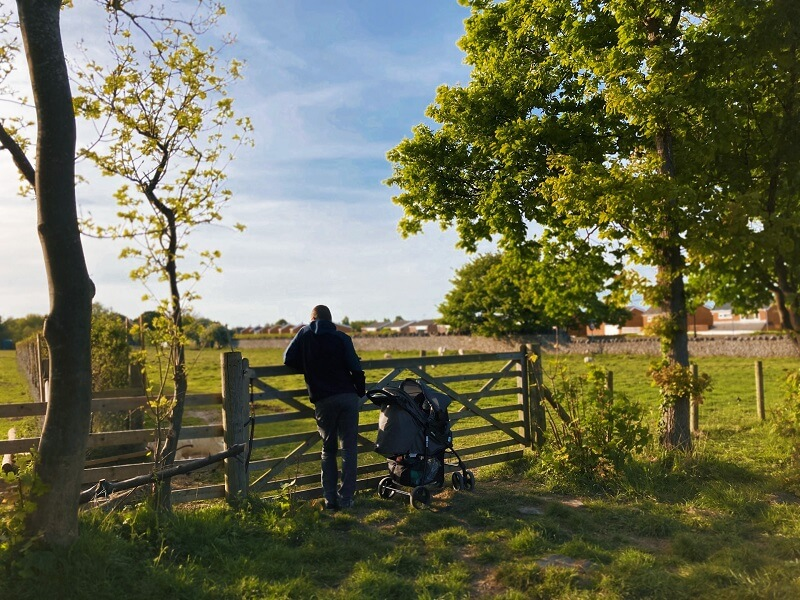 poussette pour bébé devant un champ