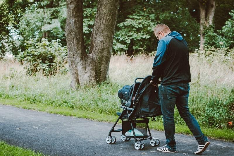famille marchant dans la rue