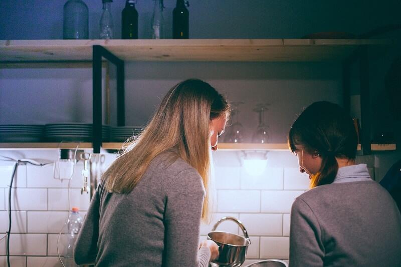 Deux personne utilisant une balance de cuisine