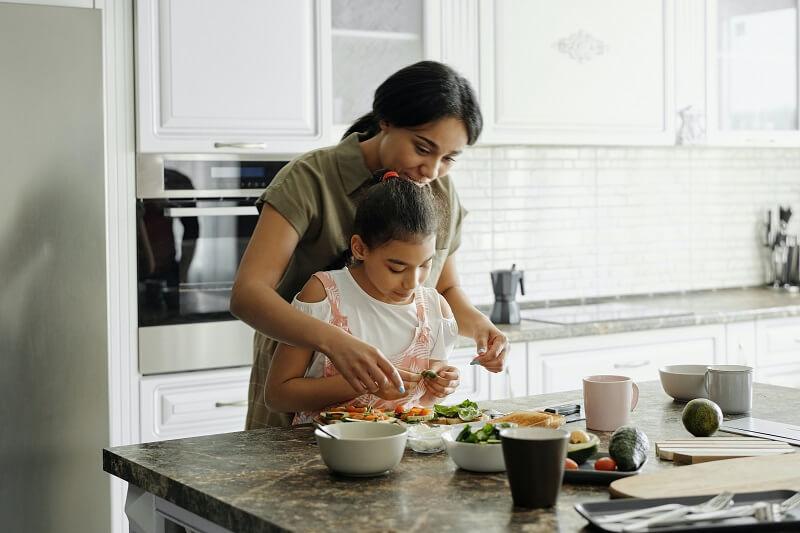 Mèere et fille dans la cuisine