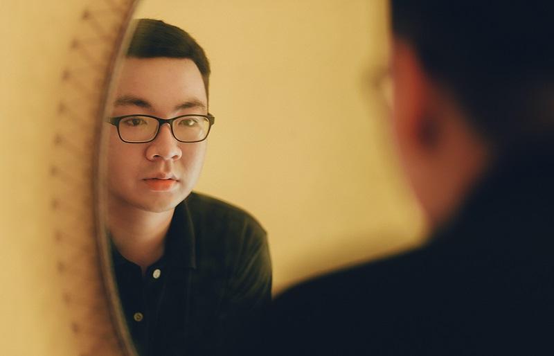 l'homme dans le miroir