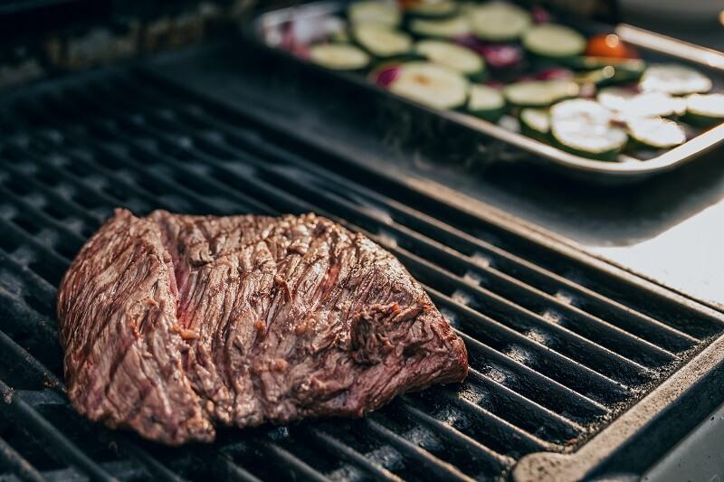Photo du barbecue, des légumes sur la table.