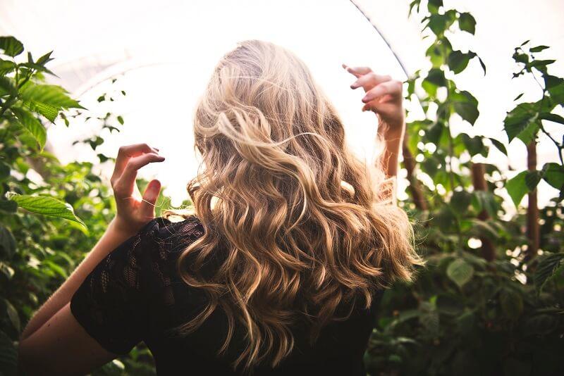 Appliquer de l'huile sur les cheveux