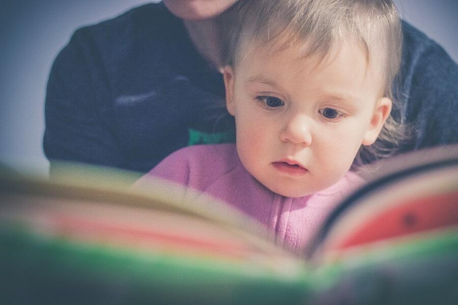 Un père qui fait la lecture à ses enfants