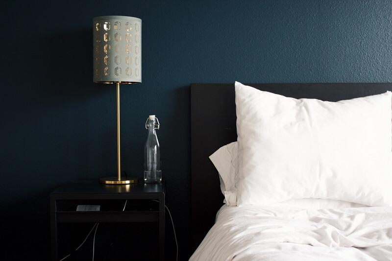 lampe de chevet à coté d'un lit
