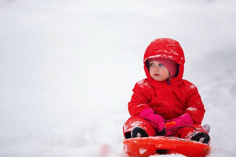 Un enfant dans la neige attrapant froid pouvant utiliser un nébuliseur