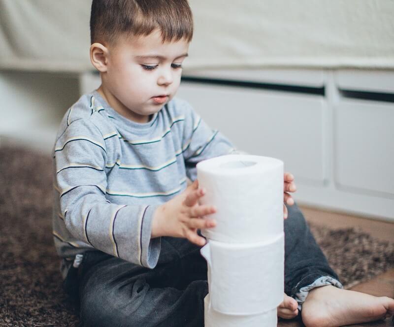 bébé avec du papier toilette