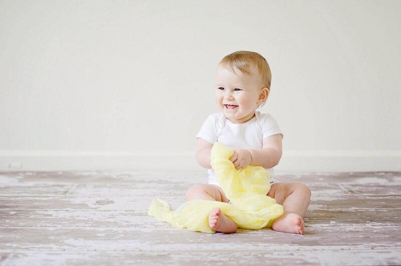 une image d'un bébé assis
