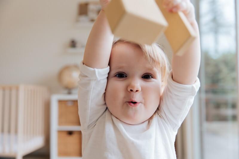 image d'un bébé brandissant sont jouet