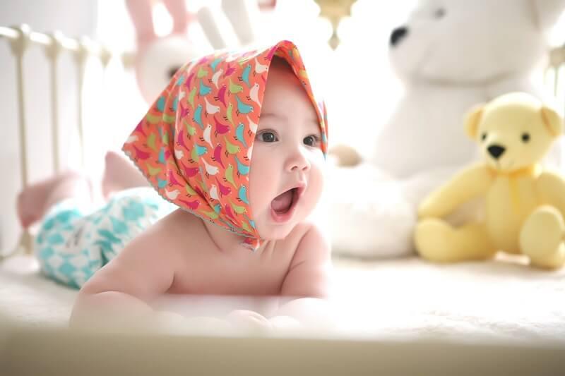 image d'un bébé avec un grand sourire
