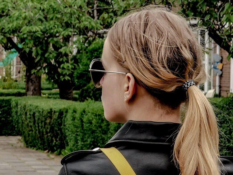femme portant un chouchou poiur cheveux