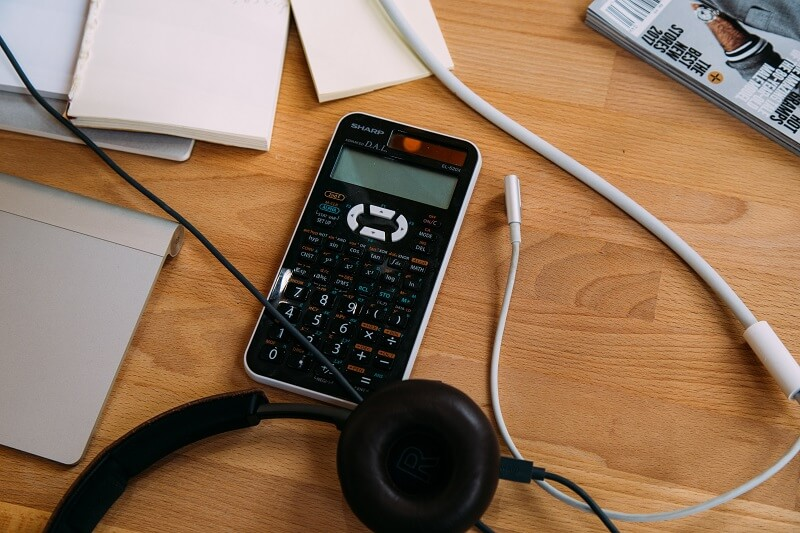 Calculatrice scientifique sur un bureau