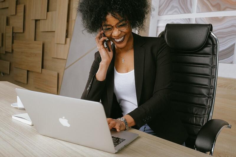 une femme travaillant sur sa chaise de bureau