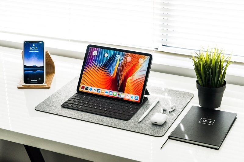 Tablette avec clavier sur un bureau