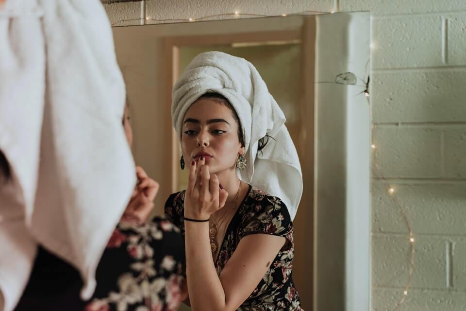 fille se regardant dans le miroir