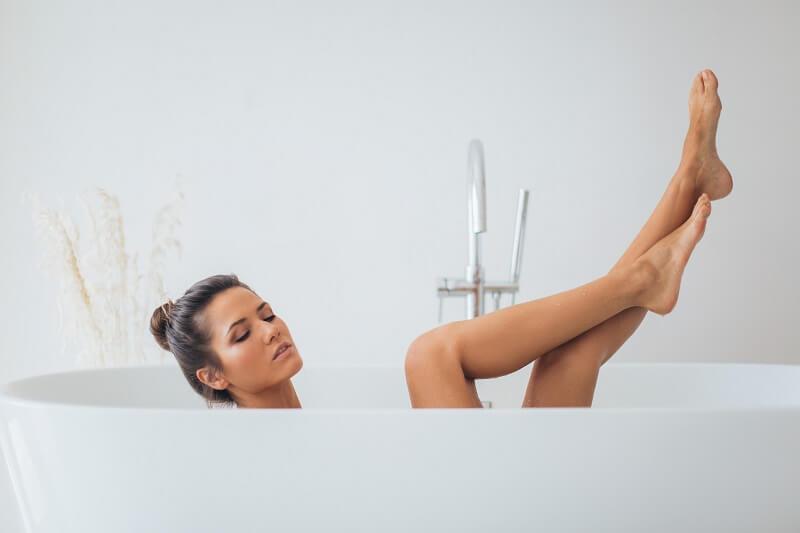 une femme dans sa baignoire