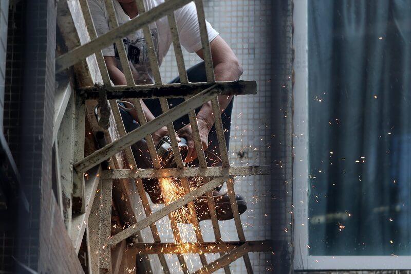 meuler une structure en acier