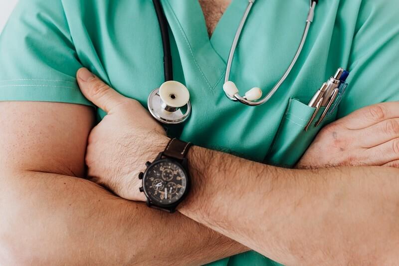 medecin portant un Stéthoscope