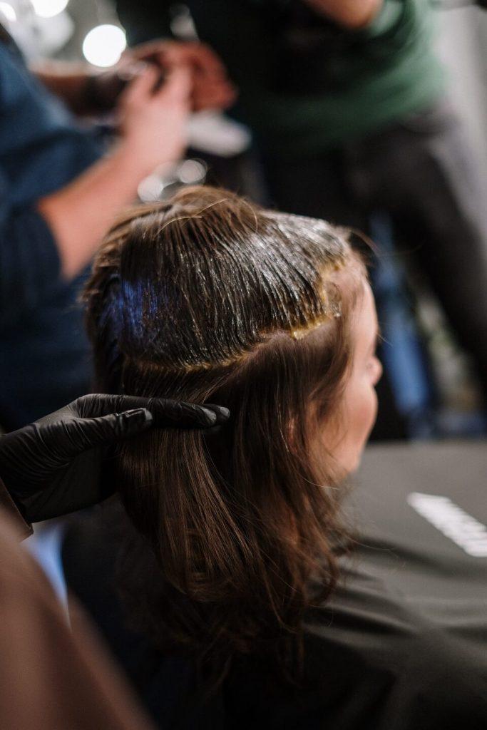 Femmes avec teinture pour les cheveux