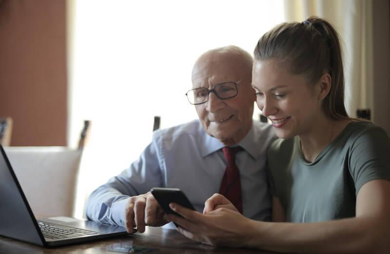 Père et fille avec un Téléphone Portable Pour Personne Agée