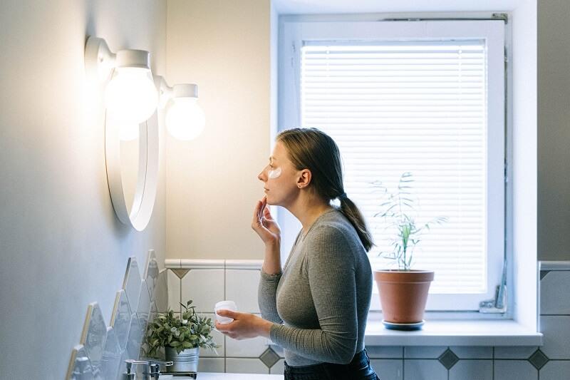 femme devant le miroir