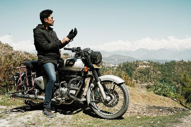 Un motard qui enfile des gants de moto