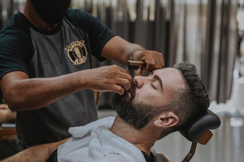 un homme chez le barbier