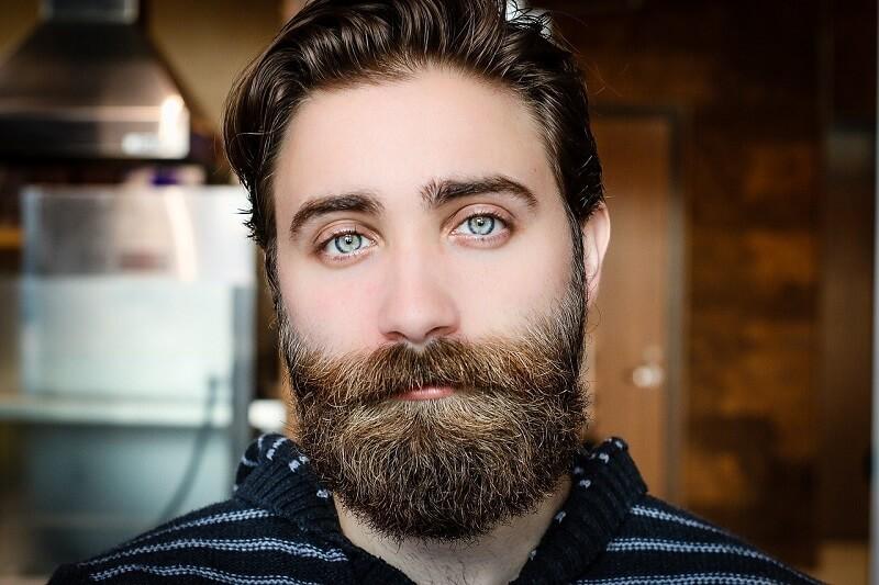homme présentant une barbe bien fournie