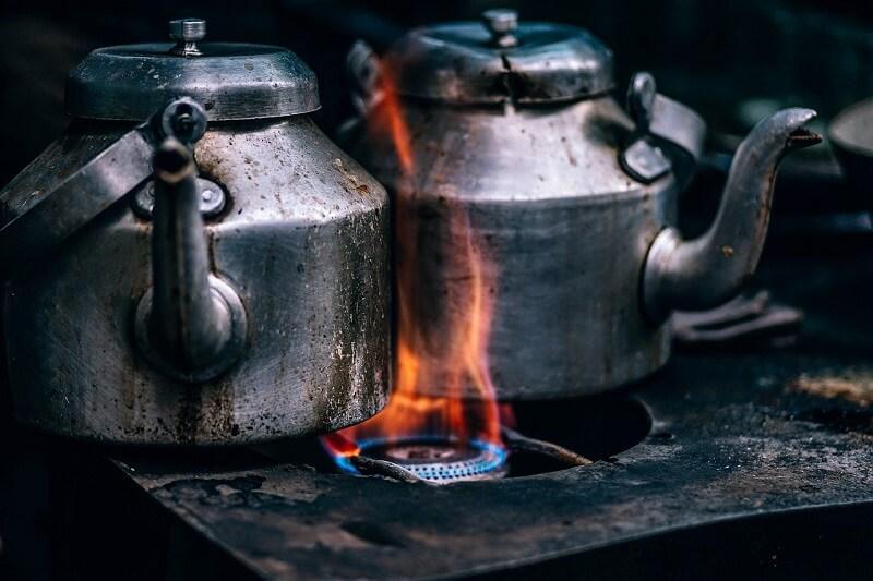 casserole sur plaque de cuisson à gaz