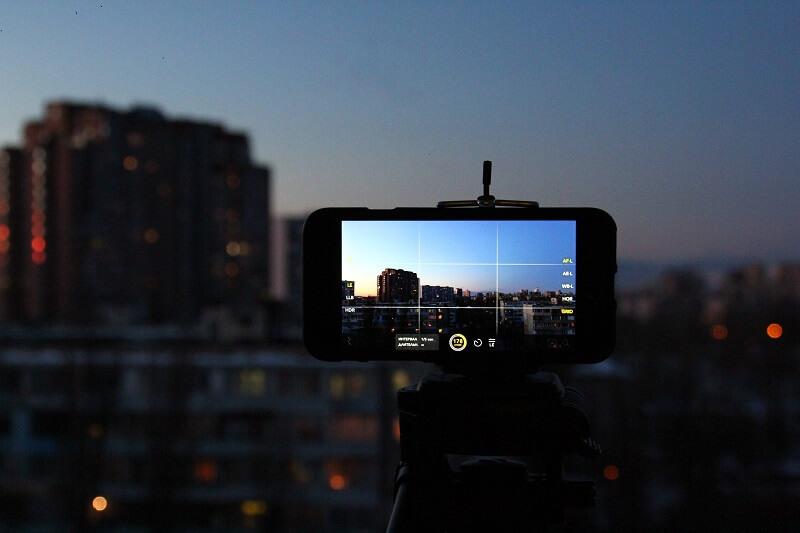 photos d'une imeuble avec un smartphone sur un trépied