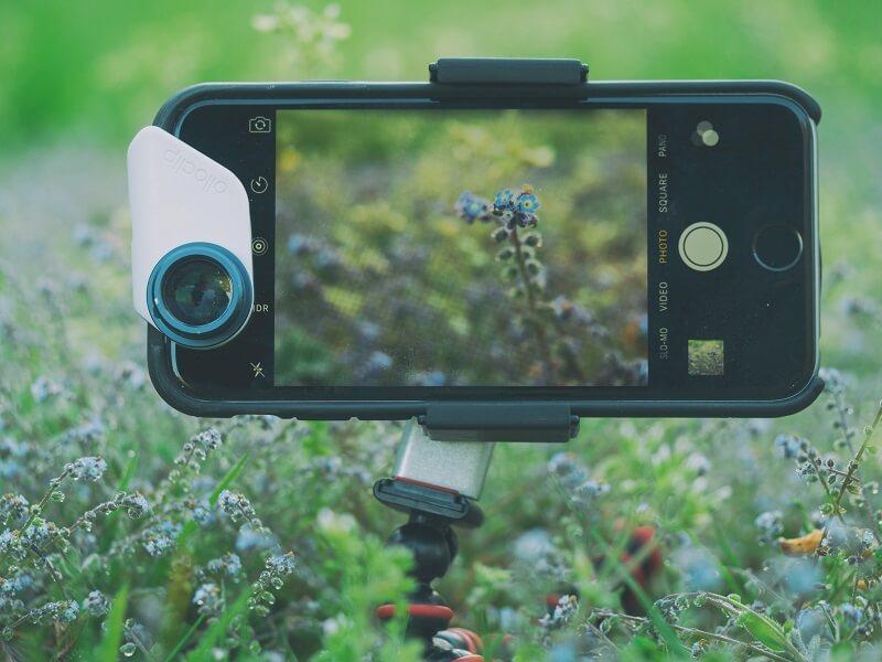 smartphone sur tépied dans la nature