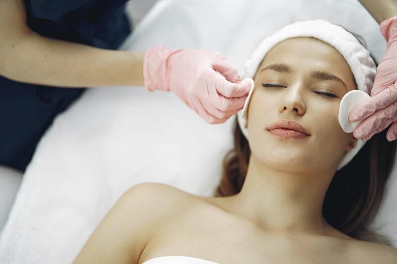 Femme se faisant soigner au salon de beauté